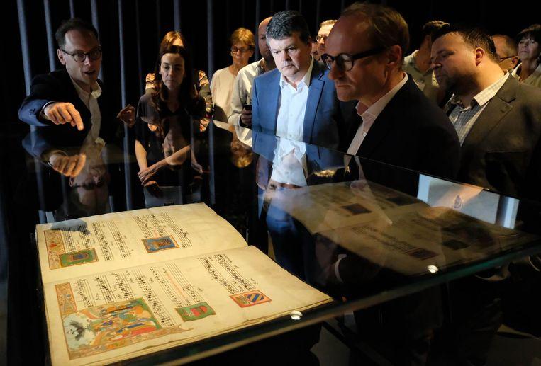 Burgemeester Bart Somers en minister Ben Weyts bij het koorboek van Margareta van Oostenrijk.