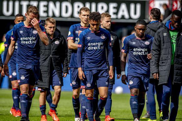 De PSV-spelers balen na de verloren match in Alkmaar.