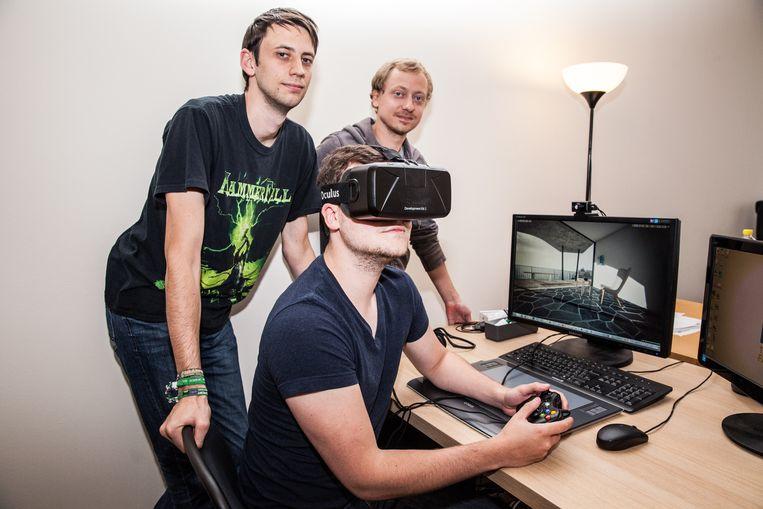 Sobraj Van Zeebroeck, Timothy Vanherberghen en Jeroen Dessaux demonstreren de 3D-bril.