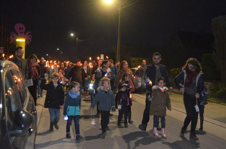 Tweehonderd mensen namen zaterdagavond deel aan een fakkeltocht in Sint-Laureins-Berchem. De ouders van kleine Cas gingen voorop.