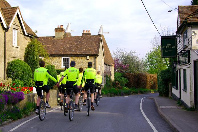 Het Juliana Bicycle Team tijdens de eerste etappe van hun tocht van Londen naar Millingen aan de Rijn.