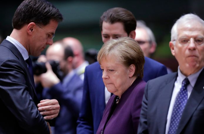 Premier Mark Rutte heeft een onderonsje met de Duitse bondskanselier Angela Merkel tijdens de Europese top in februari van dit jaar.