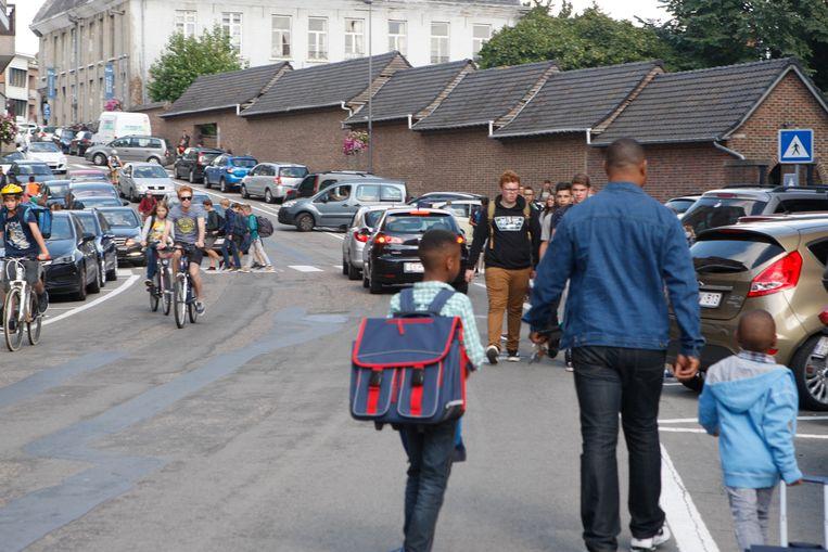 De Waaiberg is tijdens het begin en einde van de schooldag een echte chaos van fietsers, voetgangers en auto's.