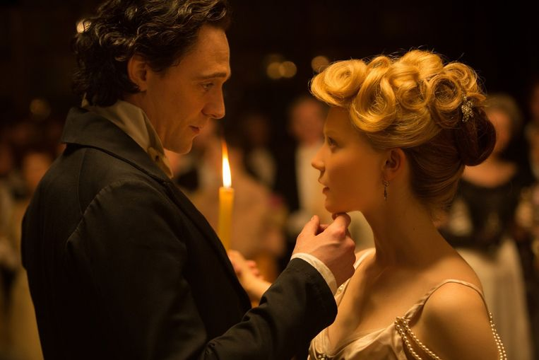 Tom Hiddleston en Mia Wasikowska in 'Crimson Peak' van Guillermo del Toro. Beeld