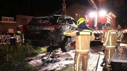 Hybride auto gaat in vlammen op en moet 24 uur lang in container met water en schuim
