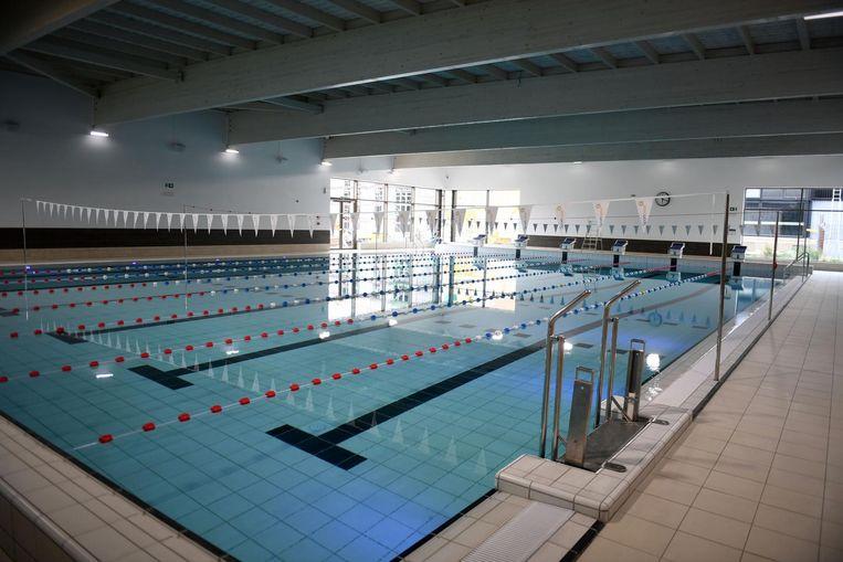 Het sportieve, zes banen tellende zwembad.