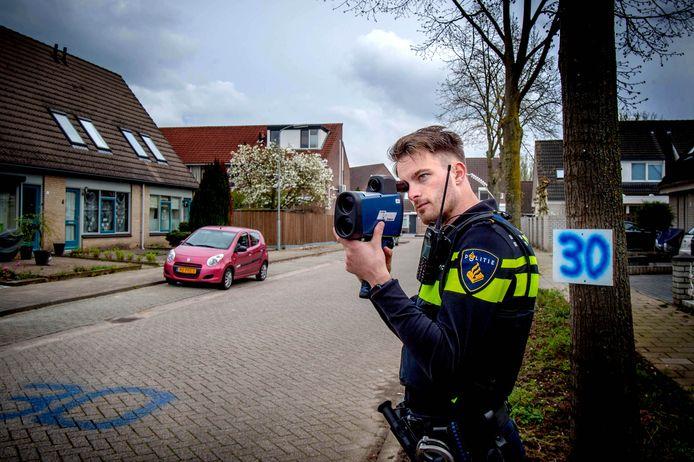 De politie kan met laserguns de snelheid van automobilisten meten. In Sliedrecht komen er meer controles aan, belooft wijkagent Erica Poots.
