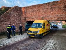 Pakketbezorger rijdt busje vast onder laag viaduct in Doesburg