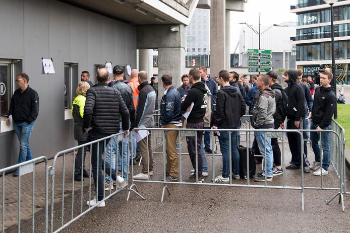 Fans van Ajax staan in de rij om hun kaartje voor de finale op te halen.