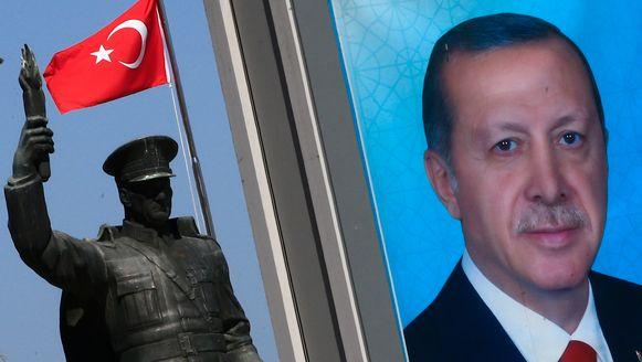 Links een standbeeld van Mustafa Kemal Ataturk en rechts een poster van Recep Tayyip Erdogan verenigd in één beeld in de Turkse stad Rize.