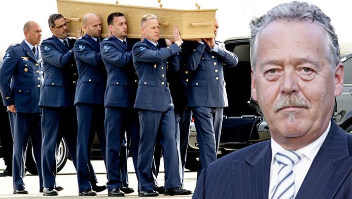 Een van de laatste kisten met stoffelijke resten van slachtoffers van rampvlucht MH17 werd zaterdag naar een rouwwagen gedragen op vliegbasis Eindhoven. Inzetje: Piet Ploeg