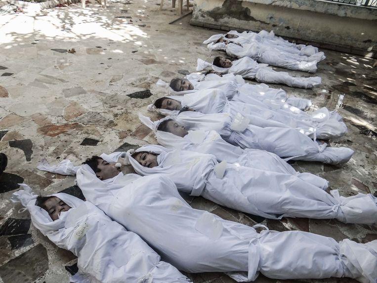 In een voorstad van Damascus liggen op 21 augustus 2013 de kinderlijken naast elkaar. Bij de aanval met het zenuwgas Sarin zouden meer dan duizend Syriërs omkomen.  Beeld Corbis via Getty Images