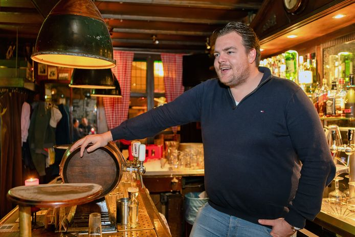 Johan de Vos achter de toog van zijn Boerke Verschuren in Breda. De ondernemer betitelt het corona-beleid van het kabinet als 'halfbakken' en 'stuitend'.