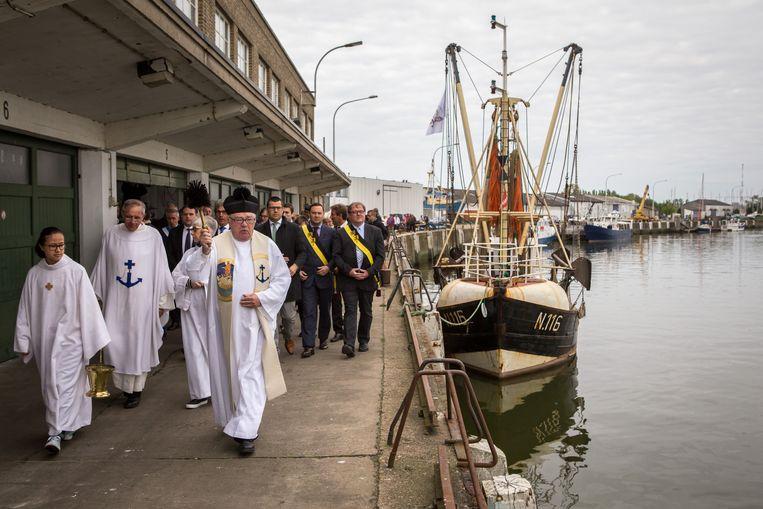 Tijdens de traditionele vissershulde worden in Nieuwpoort de vaartuigen gezegend.