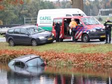 Vrouw belandt na aanrijding met haar auto te water in Lieren