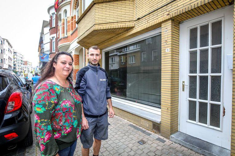 Muriel Vanwalleghem en Andi Krasniqi bij het huis waar de brand woedde.