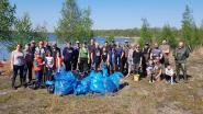 Vrijwilligers ruimen zakken vol plastic aan Kanaalplas