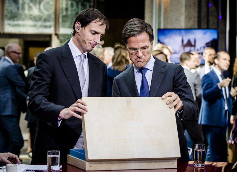Minister Wopke Hoekstra van financiën en premier Mark Rutte na het aanbieden van het koffertje met de rijksbegroting. Beeld ANP, Bart Maat