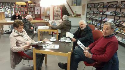 Krantenlezers verwend in bibliotheek