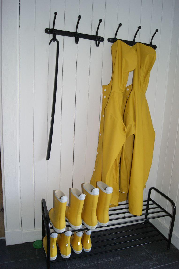 Leuk aandenken: regenjassen en rubberlaarzen van het oer-Zweedse merk Tretorn Beeld