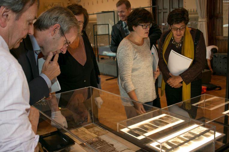 De tentoonstelling schetst de 800-jarige stadsgeschiedenis aan de hand van tachtig topstukken.