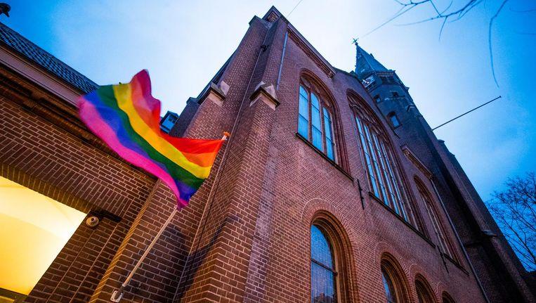 Een regenboogvlag hangt uit bij de Oranjekerk als statement tegen de zogeheten Nashville-verklaring. Beeld anp
