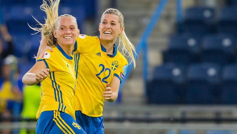 De Zweedse speelsters Stina Blackstenius en Oliva Schough tijdens de groepsfase. Beeld Pro Shots