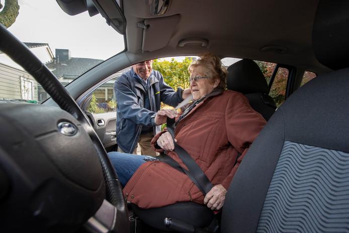 Handsaam-chauffeur Jaap van Sloten haalt de Brummense mevrouw Behling met zijn eigen auto van huis op om samen boodschappen te doen bij de supermarkt.