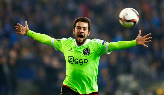Amin Younes juicht na zijn goal tegen Schalke 04 in de kwartfinale van de Europa League.