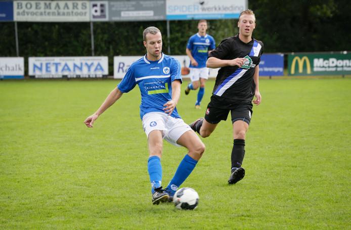 Stef van Nispen van VVR in duel met Erik Jansen van DSE. Foto: Joyce van Belkom/Pix4Profs