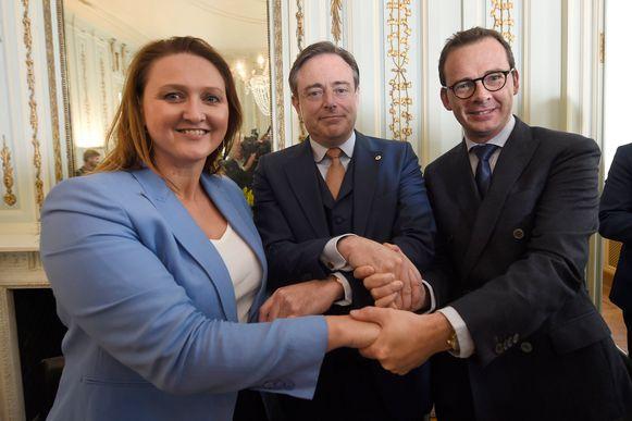 Pas 127 dagen na de verkiezingen van 26 mei 2019 volgde er witte rook  bij de Vlaamse regeringsonderhandelingen. Gwendolyn Rutten (toenmalig voorzitter Open  Vld), Bart De Wever (huidig N-VA-voorzitter) en toenmalig CD&V-voorzitter Wouter Beke  schudden de handen.
