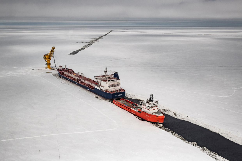 Een tanker in Noordwest-Siberië. Ruslands afhankelijkheid van olie en gas is onder Poetin toegenomen tot wel 40procent van de overheidsinkomsten. Beeld Yuri Kozyrev/ Noor