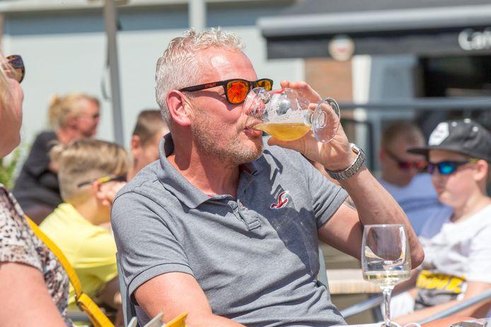 Ronny Castermans drinkt een biertje op het terras van De Sportvisser in Yerseke. Als het aan het Reimerswaalse college van B&W ligt, mag dat vanaf 1 juli ook nog na 22.00 uur 's avonds.