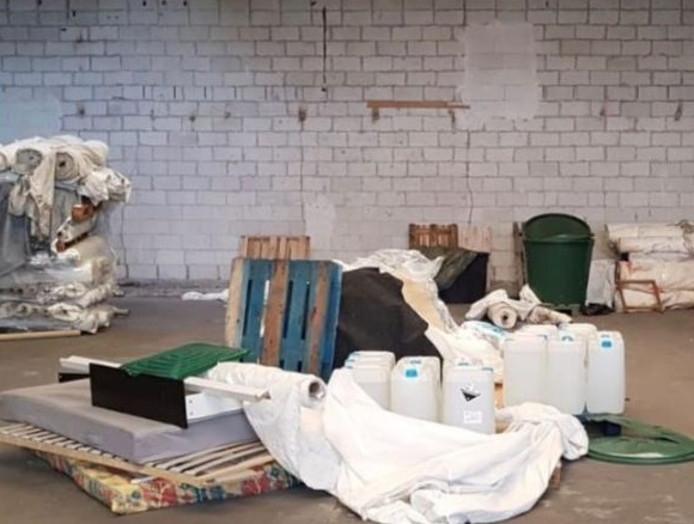 Er werden jerrycans, branders en vloeistoffen aangetroffen.