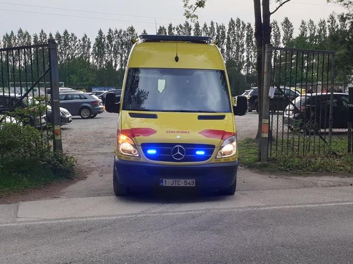 Een ziekenwagen verlaat het terrein van de hockeyclub.