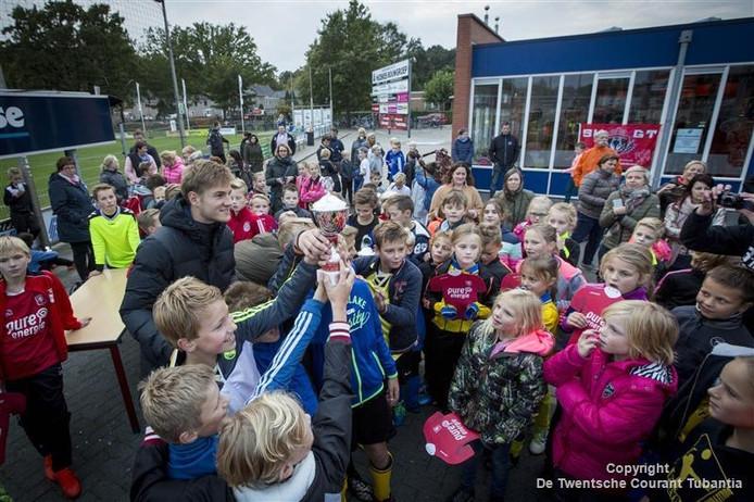 Iedereen wil met de bokaal en FC Twentester Joachim Andersen op de foto na afloop van het toernooi.