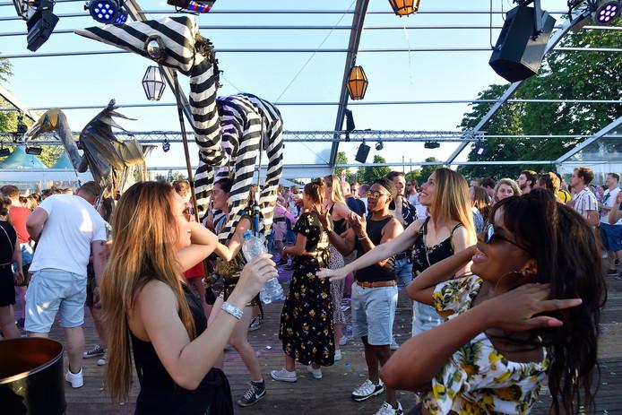 Op festival Festifoort namen veel bezoekers flesjes water mee. De organisatie maakte dit jaar vanwege de hitte een uitzondering met het beschikbaar stellen van drinkwater.
