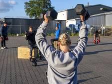 Zwoegen op de parkeerplaats: sportscholen in Oost-Nederland naar buiten om corona-verbod te omzeilen