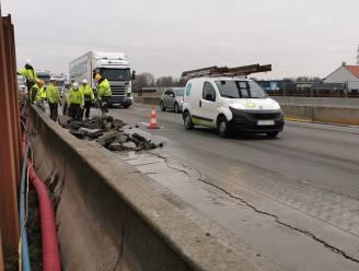 """Dertig meter lange scheur in wegdek E17 door verzakking: """"Oude infrastructuur kreunt onder combinatie van zware regenval en vriesweer"""""""