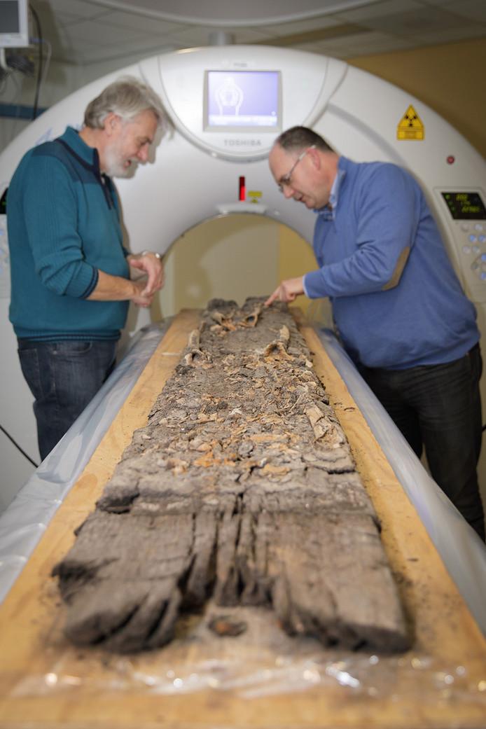 De grafplank met middeleeuwse skeletresten.