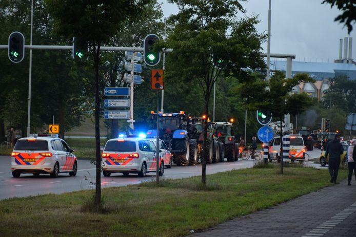 Tractoren onder politiebegeleiding op de Graafseweg in Nijmegen.