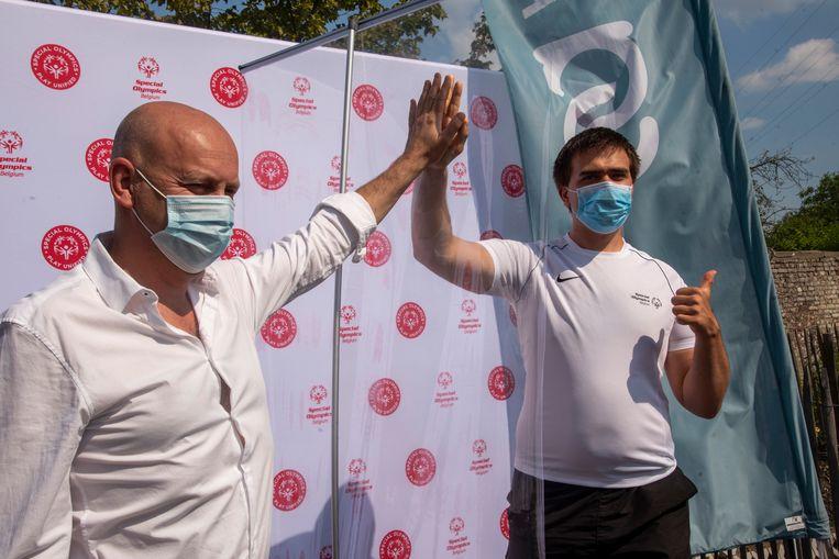 Een veilige high five voor de mondmaskers van Special Olympics.