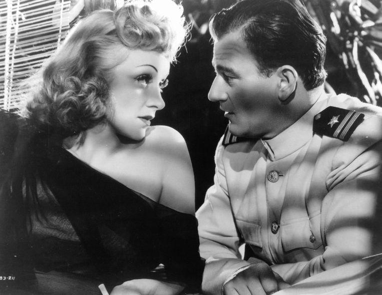 1940: John Wayne en Marlene Dietrich in de film 'Seven Sinners'.