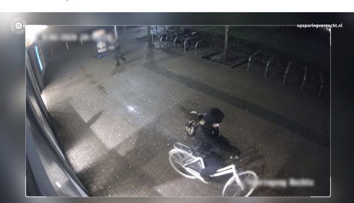 De overvaller van de Jumbo in Duiven kijkt eerst vanaf zijn fiets de winkel in.