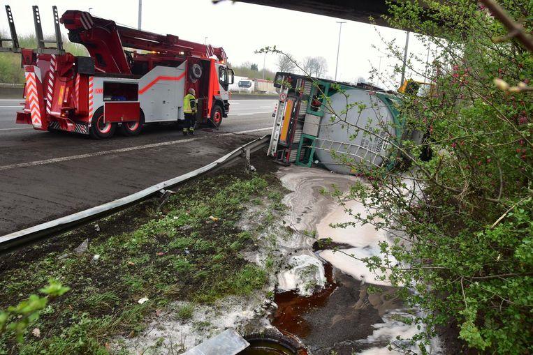De vrachtwagen kwam tot stilstand onder een brug.