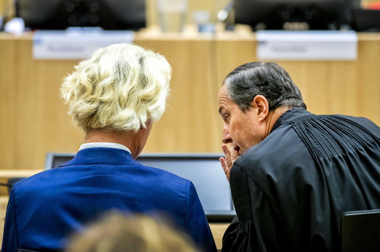 Geert Wilders en zijn advocaat Geert-Jan Knoops woensdag  in de extra beveiligde rechtbank op Schiphol.
