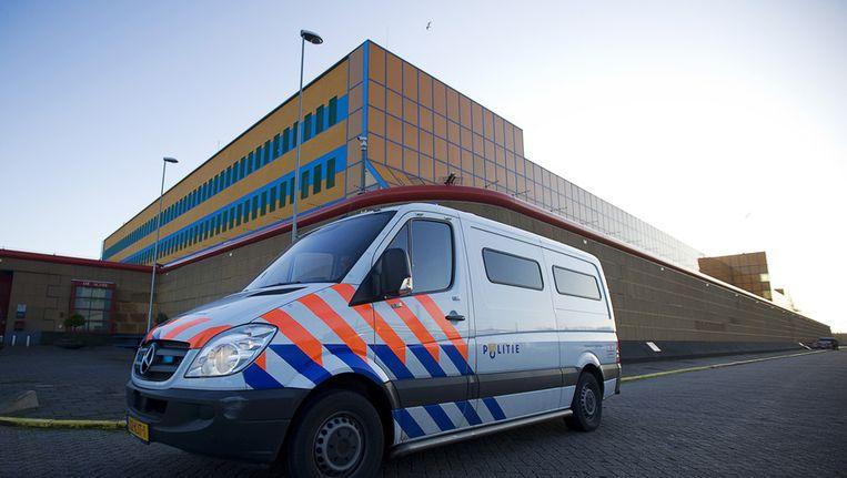 Een politiebus rijdt naar de gevangenis De Schie in Rotterdam Beeld anp
