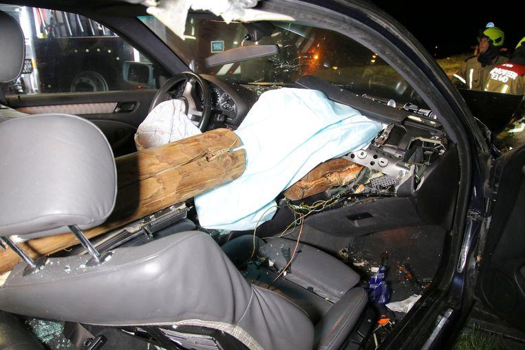 De balk doorboorde de auto van voor tot achter.