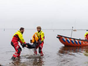 Levensechte oefening op het Eemmeer: scouts in nood gered door reddingsbrigades