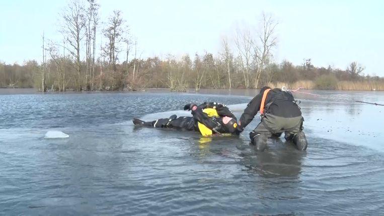 Zo snel mogelijk iemand redden die door het ijs zakt, was de opdracht voor de duikers van de brandweer in Willebroek.